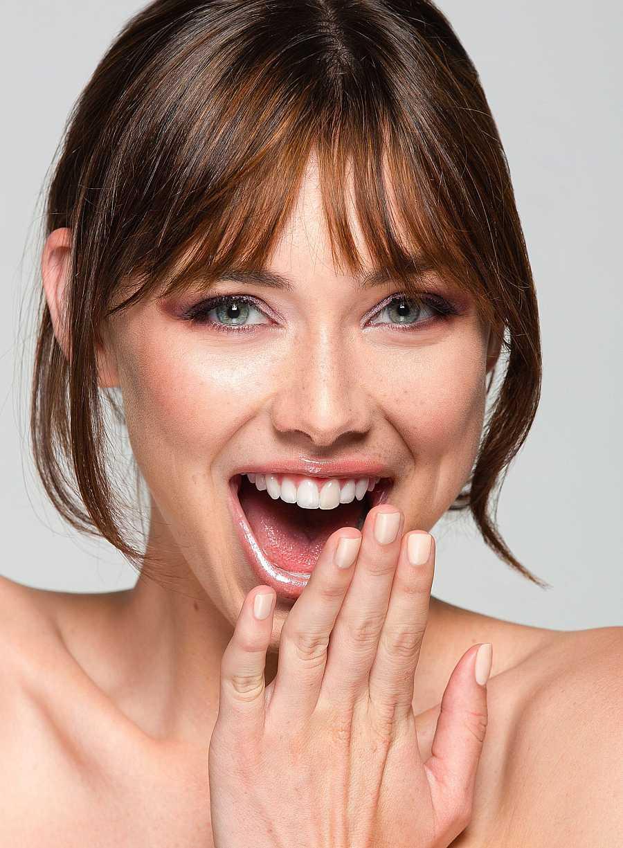 Para hidratar correctamente la piel lo primero que debemos hacer es una buena limpieza facial para que los productos penetren bien