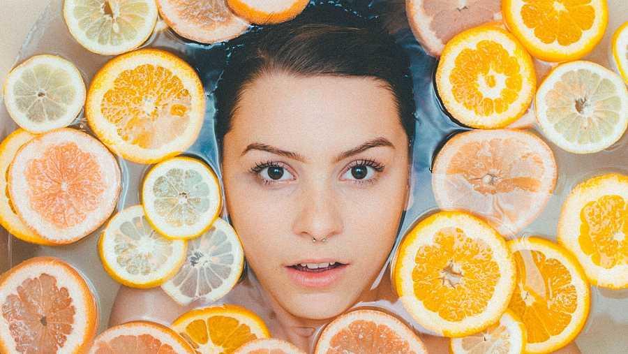 La vitamina C actúa como antioxidante y aporta luminosidad a la piel atenuando las manchas del rostro producidas por el sol