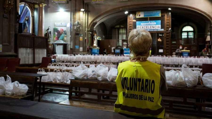 Voluntaria organizando el reparto en la Iglesia de San Antón, en el centro de Madrid