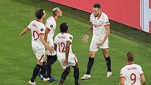 Los jugadores del Sevilla celebran el 0-1