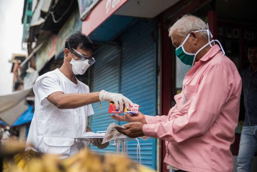 La distribución de mascarillas y jabones y la promoción de medidas de prevención, como lavado de manos y la identificación de los primeros síntomas, se centran en grupos vulnerables como pacientes con tuberculosis y vendedores callejeros.
