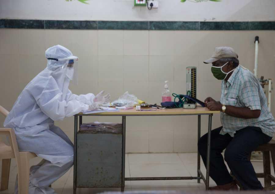 Sharanya Ramakrishna pasa consulta a un paciente en uno de los centros de salud designados para COVID-19 en el distrito Govandi este.