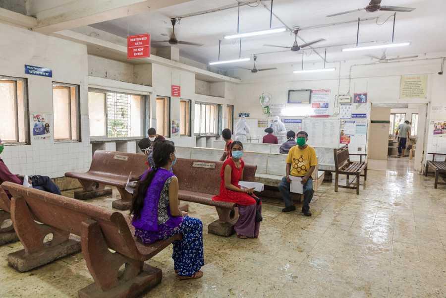 Las muestras se recogen en el centro de salud designado para COVID-19 en el hospital Shatabdi del distrito de Govandi.