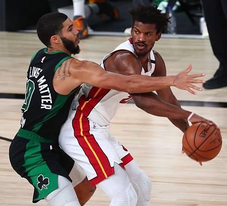 El jugador de Miami Heat, Jimmy Butler, defendido por Jayson Tatum, de los Boston Celtics