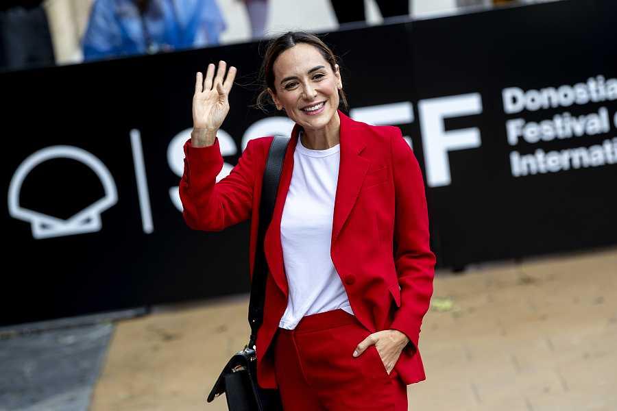 Tamara Falcó en su llegada al Festival de San Sebastián con un traje de Carolina Herrera