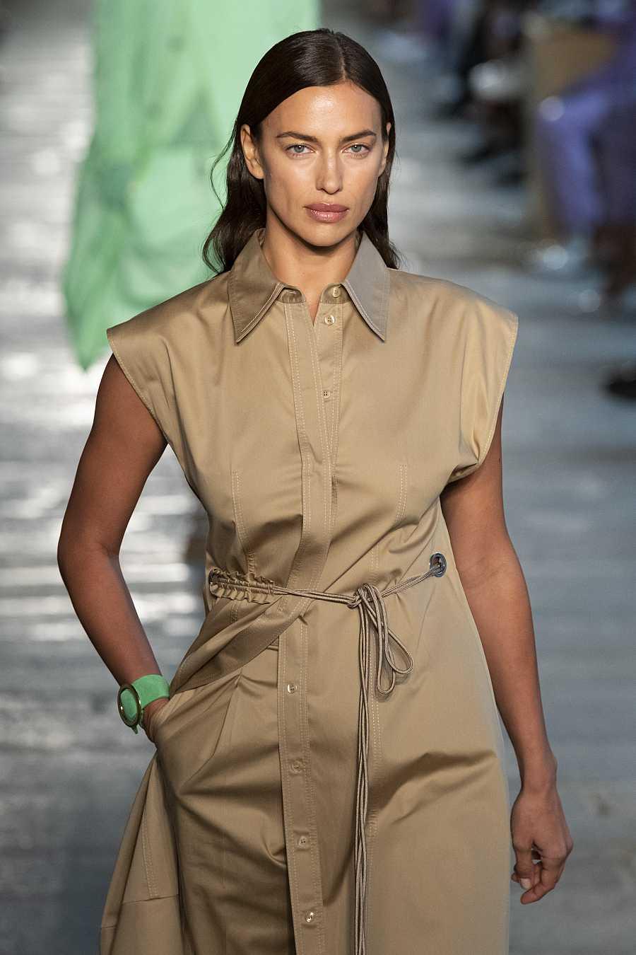 Irina Shayk en el desfile de Boss en la Milan Fashion Week