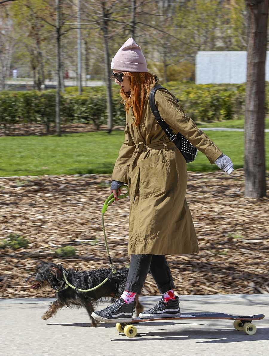 En su día a día, Blanca nos tienen acostumbrados a verla con un look muy casual y casi siempre acompañada de su perro Pistacho