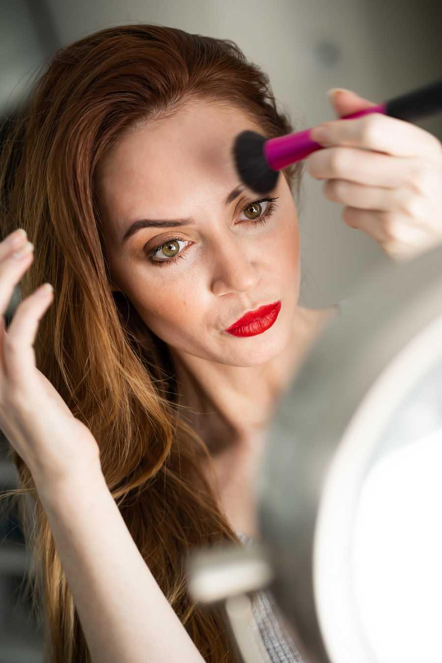 Las bases deben ser traslúcidas, muy livianas, y super importante hidratar bien la piel antes de maquillarla