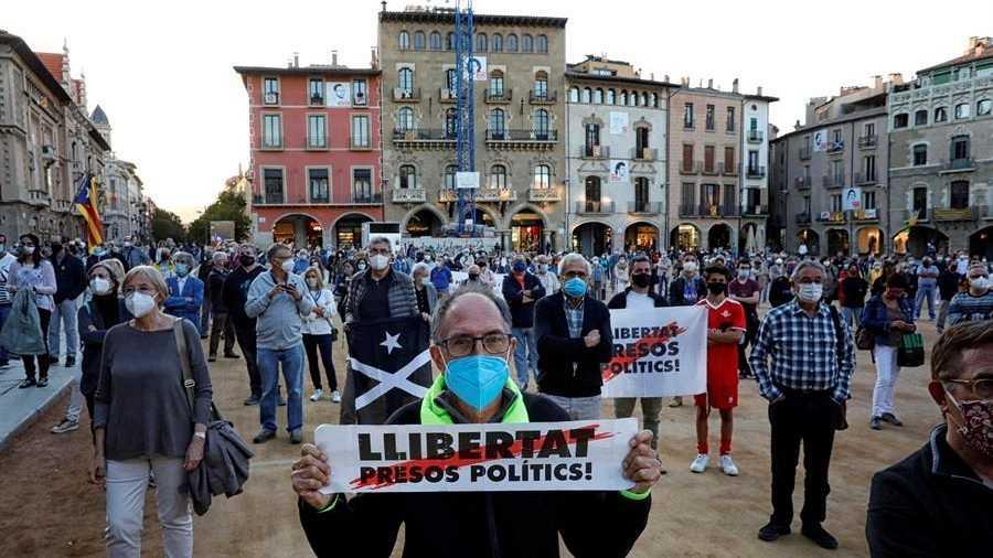 Vecinos de Vic asisten a una protesta convocada por ANC y CDR tras la inhabilitación del presidente de la Generalitat