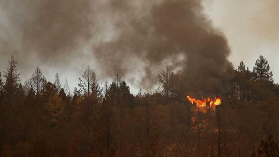 Un edificio arde en la ladera de una colina, en Santa Helena, California, Estados Unidos.