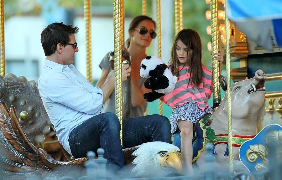 Tom Cruise, Katie Holmes y Suri Cruise juntos como una familia unida en un tiovivo