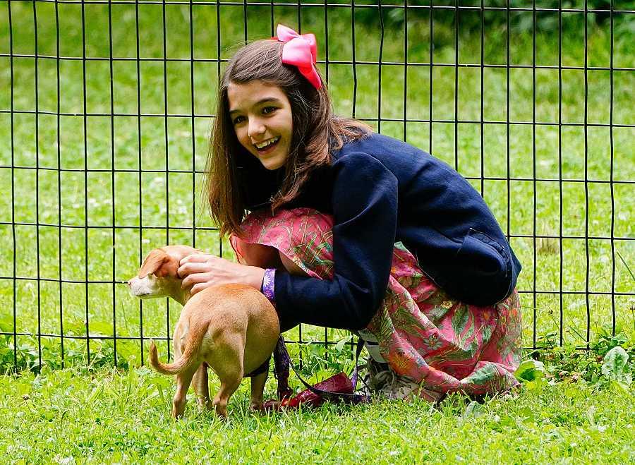 Suri Cruise juega con su perro en 2018