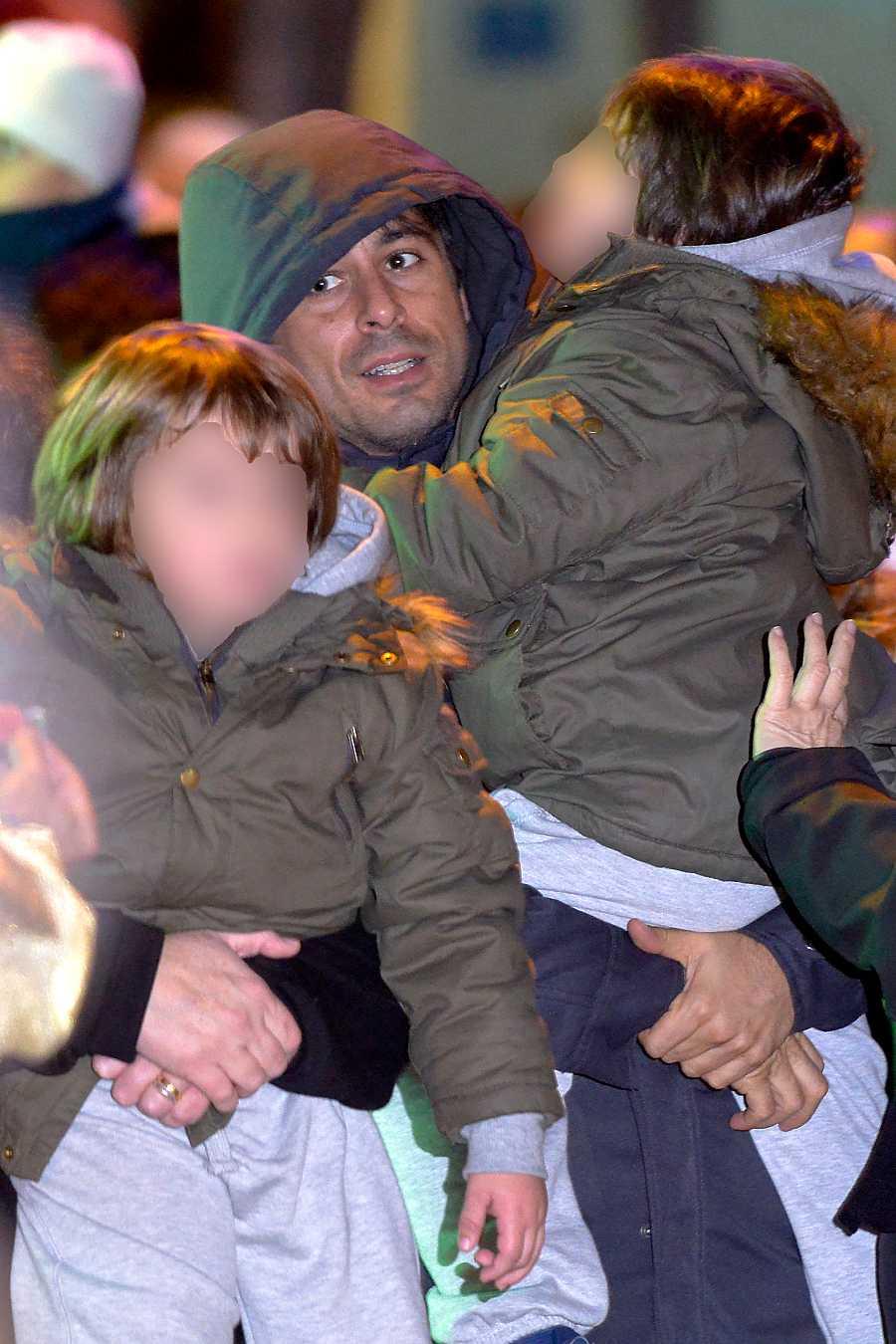 Hugo con sus hijos en la cabalga de Reyes Magos de Madrid 2014
