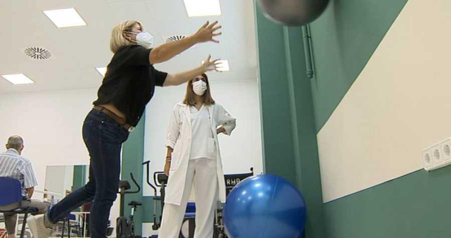 Imagen de una paciente y una enfermera durante una sesión post-UCI