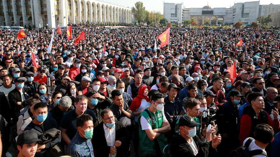 Partidarios de la oposición durante una protesta contra los resultados de las elecciones parlamentarias en la plaza central de Ala-Too en Bishkek, Kirguistán.