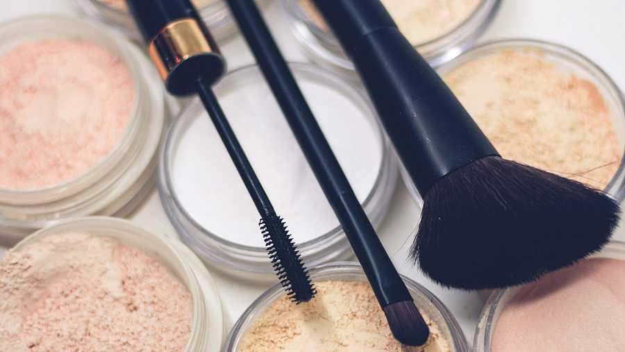Unas buenas herramientas son esenciales: una brocha para el colorete, otra más pequeña para las sombras de ojos y otra para difuminar