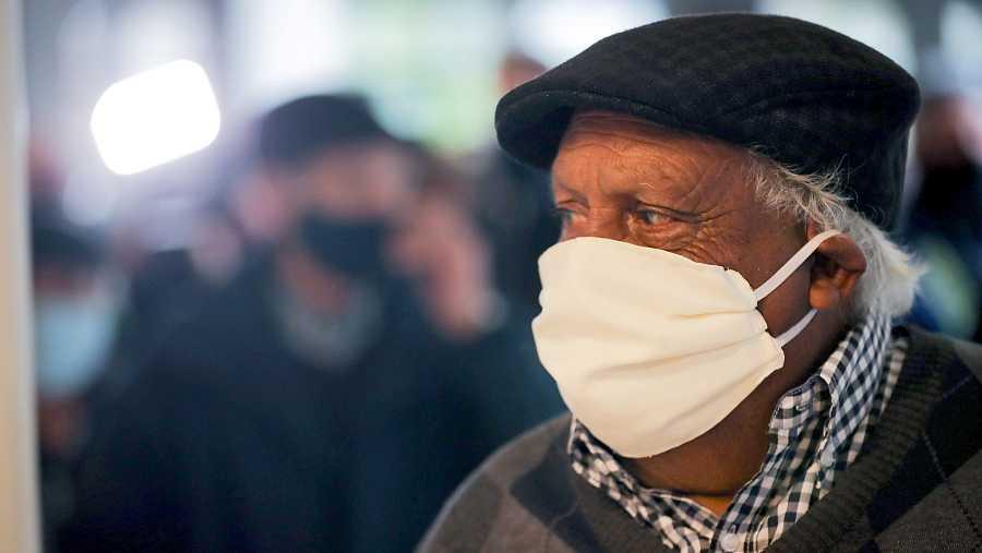 Las mascarillas provocarían que las personas que las llevan se infecten menos y de forma más leve.