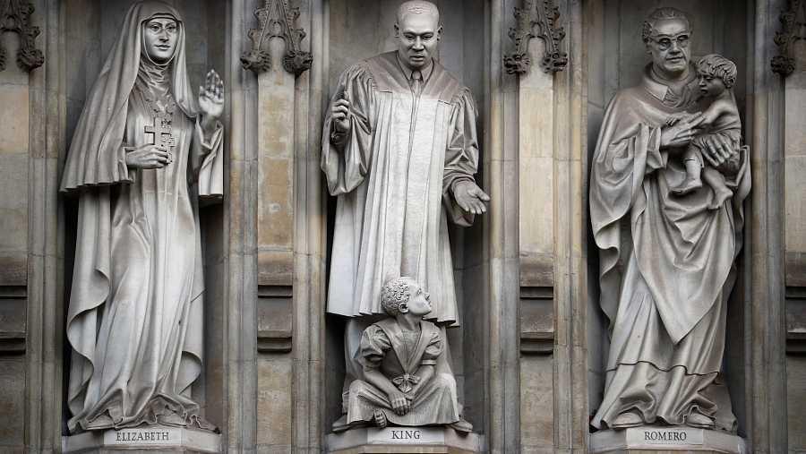 tallas de piedra de figuras en el exterior de la Abadía de Westminster en Londres, Reino Unido