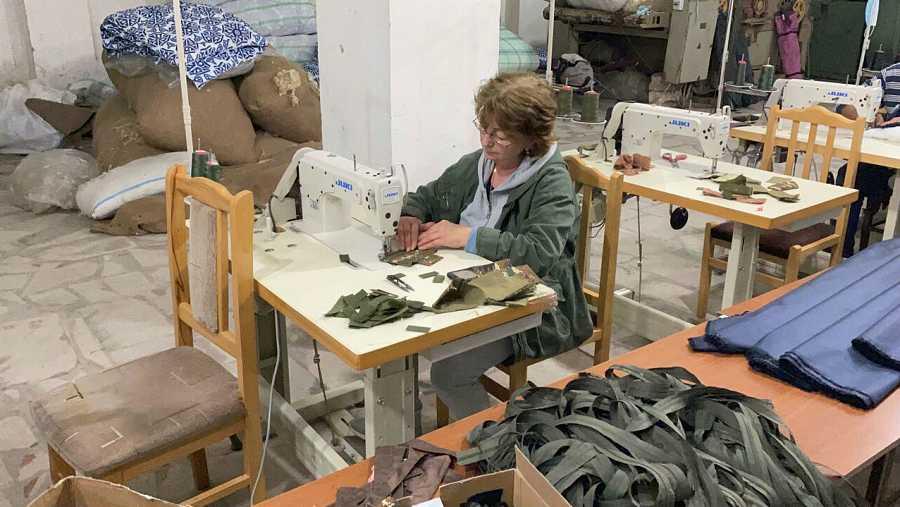 Una voluntaria cosiendo en una fábrica de Nagorno Karabajj.