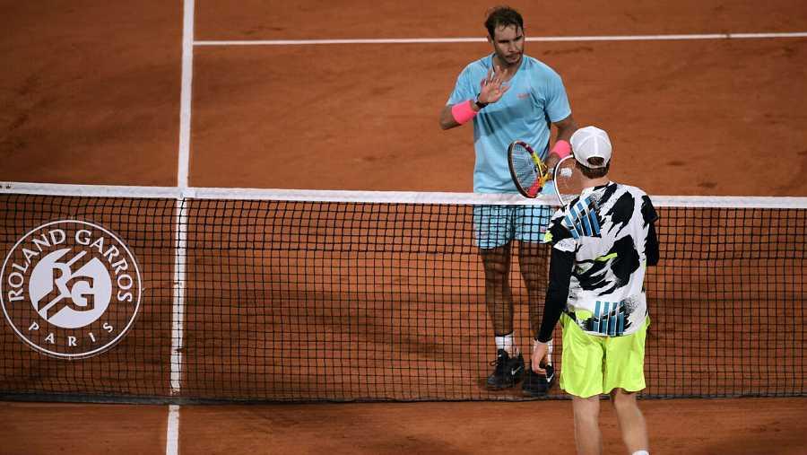 Rafael Nadal y su rival Jannik Sinner se saludan tras el partido de cuartos de final masculino de Roland Garros en París, Francia.