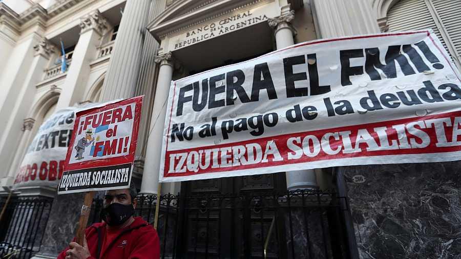 Un manifestante durante una protesta en contra del Fondo Monetario Internacional en Buenos Aires en Argentina