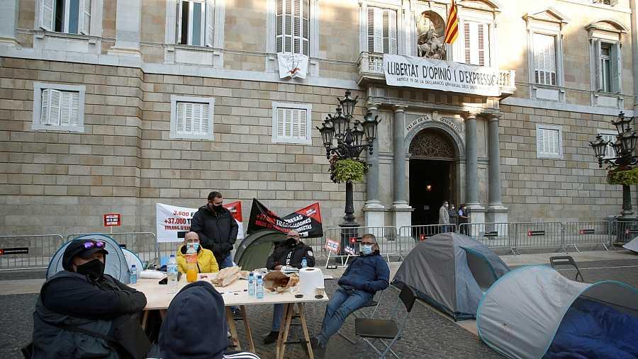 Trabajadores y empresarios del sector del ocio nocturno de Cataluña acampados en la plaza de Sant Jaume de Barcelona para protestar por las medidas del Govern