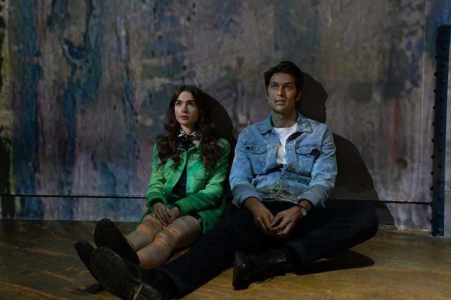 Emily y Gabriel visitan la exposición de Van Gogh en el Atelier des Lumières en París