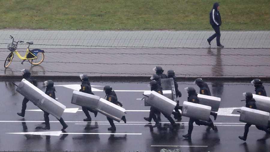 Policías bielorrusos corren durante una manifestación para protestar contra los resultados de las elecciones presidenciales en Minsk, Bielorrusia, el 11 de octubre de 2020.