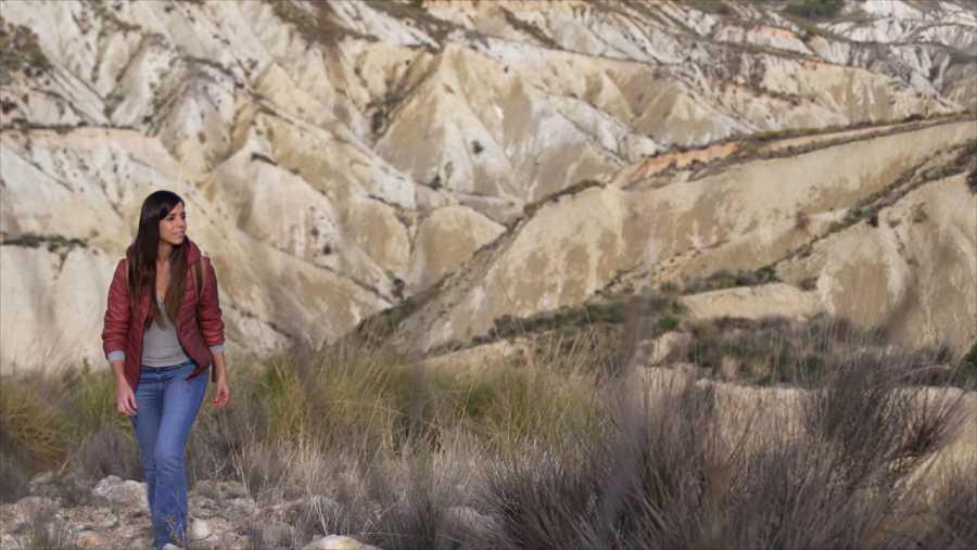 Evelyn admira el paisaje del barranco de Gebas, en Murcia.
