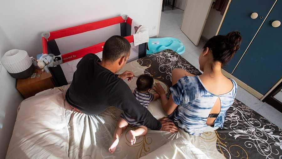 Dos padres y un hijo en la habitación que viven en Barcelona