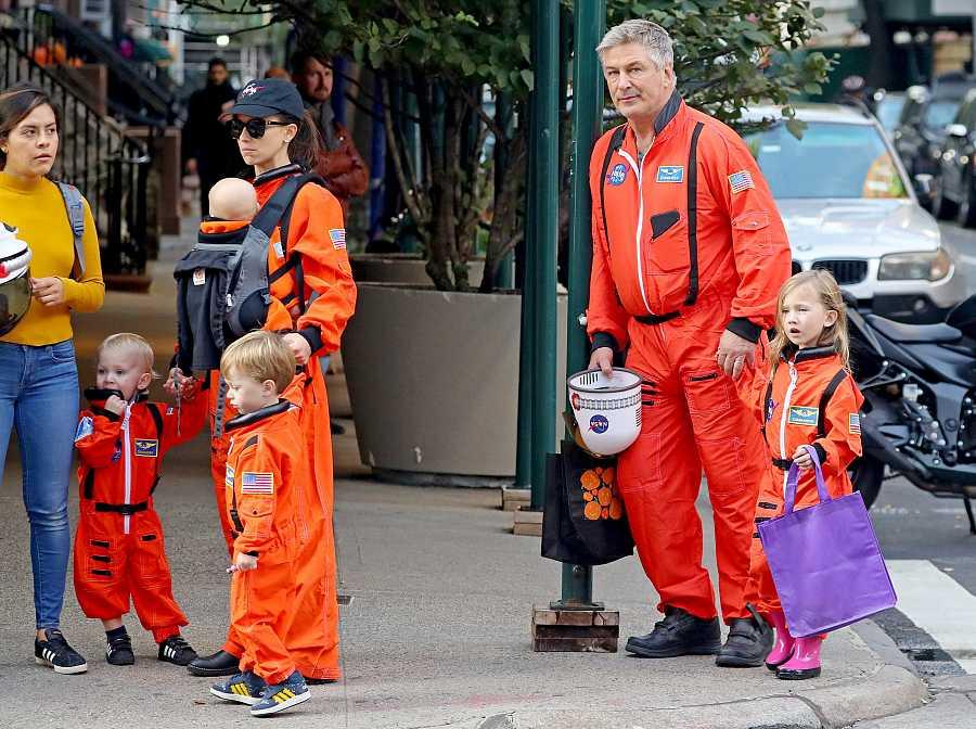 Alec Baldwin e Hilaria Thomas con su flota familiar de astronautas