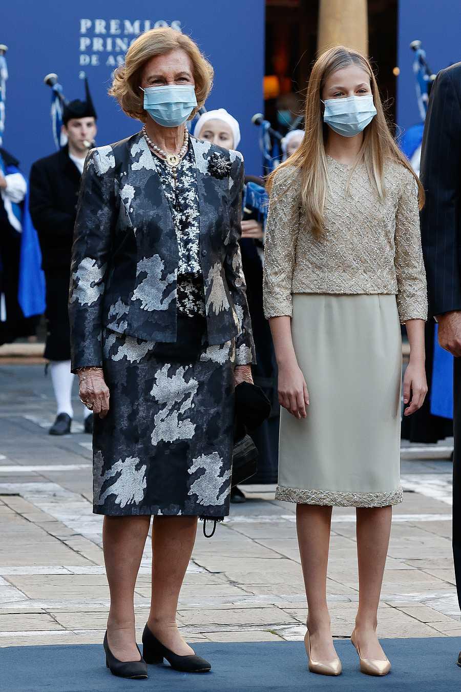 Doña Sofía con la princesa Leonor a su llegada a los Premios