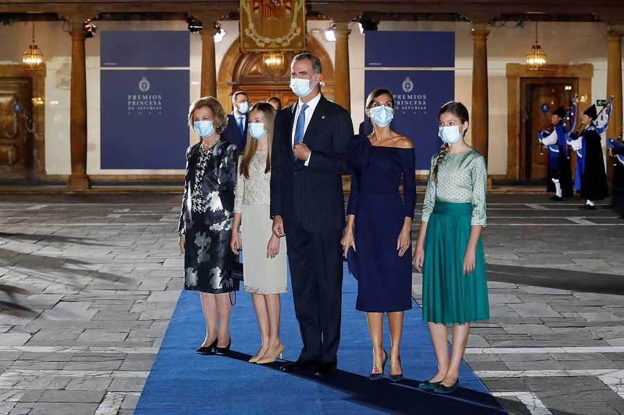 Los reyes Felipe VI y Letizia, acompañados de la reina Sofía, la princesa Leonor y la infanta Sofía, a su salida de la ceremonia de entrega de los Premios Princesa de Asturias