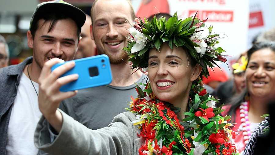 La primera ministra de Nueva Zelanda, Jacinda Arder, se fotografía con seguidores durante la campaña electoral.