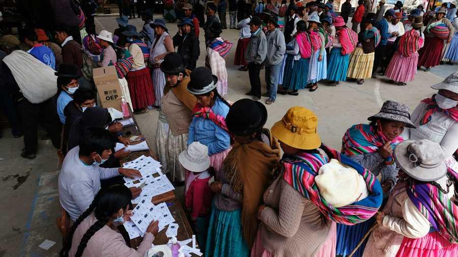 Ciudadanos bolivianos hacen fila para emitir su voto durante la jornada de elecciones presidenciales, en Cohoni, Bolivia.