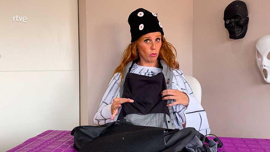 Una mochila de porteo negro o una tela negra.