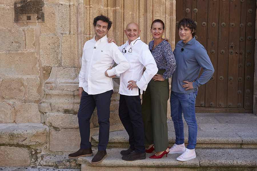 Toño López con los chefs