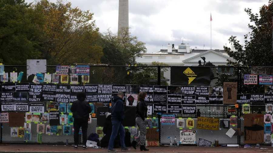 La valla de la Casa Blanca ha acabado cubierta de carteles contra Trump y reivindicaciones antirracistas.