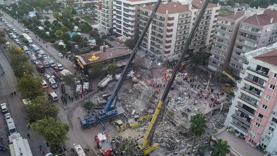 Una foto tomada desde un dron muestra la búsqueda de supervivientes por parte de los equipos de rescate y los voluntarios entre las ruinas de un edificio derrumbado por el terremoto en la ciudad turca de Esmirna.