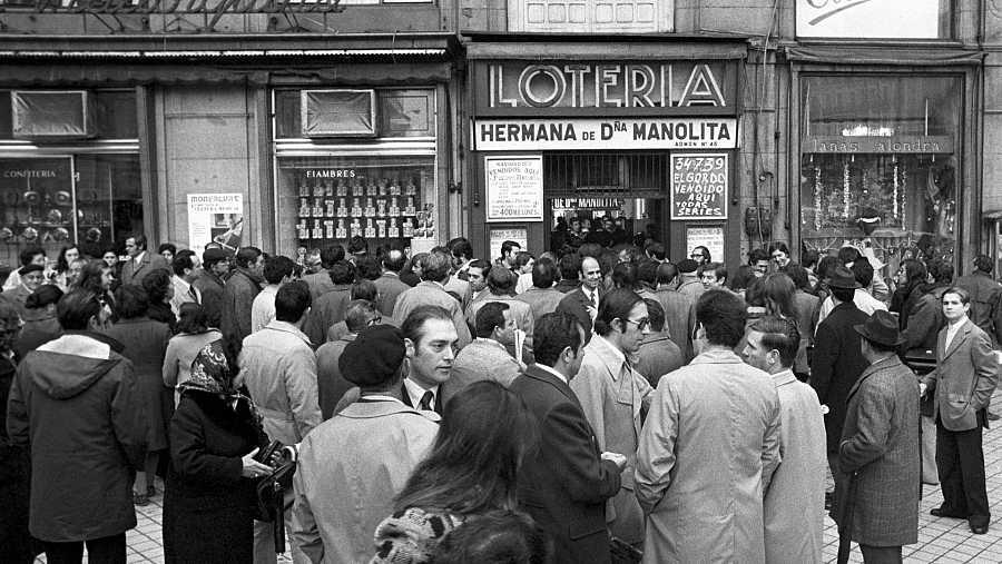 Aspecto que ofrecía la administración de lotería nº45 de Madrid, situada en la Puerta del Sol. en 1973