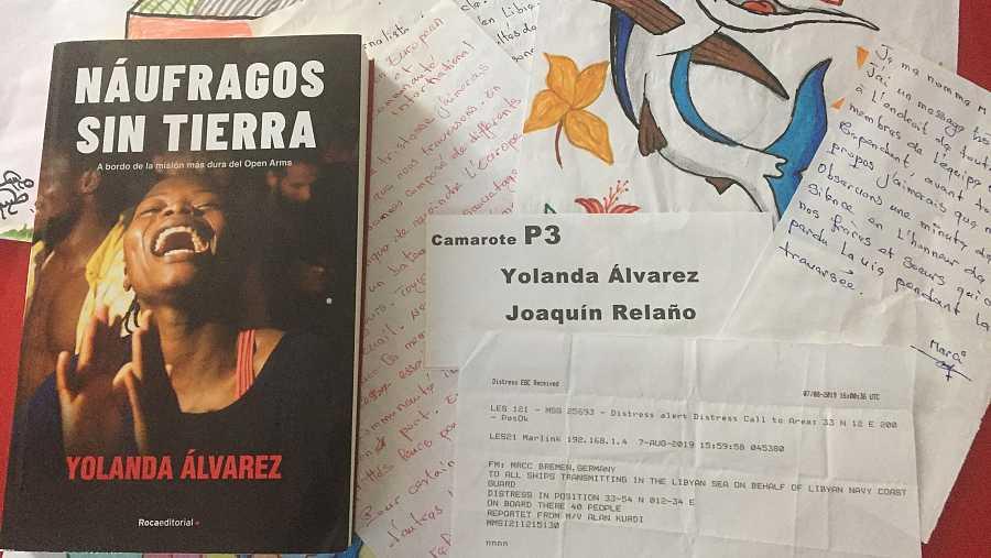 Composición con cartas y dibujos que los rescatados regalaron a Yolanda durante la travesía.