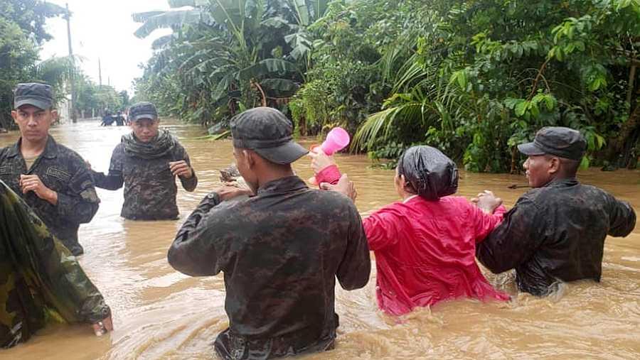 Soldados ayudan en la evacuación de un barrio de la ciudad de Tocoa, en Honduras, después de la tormenta tropical al paso del huracán Eta