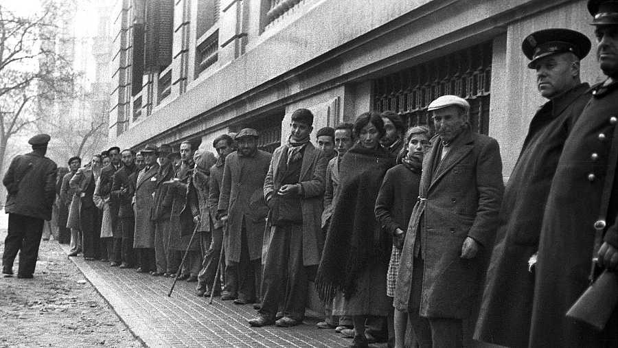 Colas para presenciar el sorteo de la Lotería de Navidad de 1939