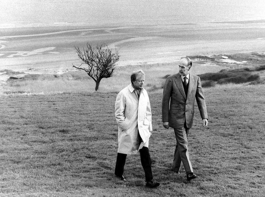 El entonces presidente de EE.UU. Jimmy Carter (L) y Giscard caminan por una playa de Normandía
