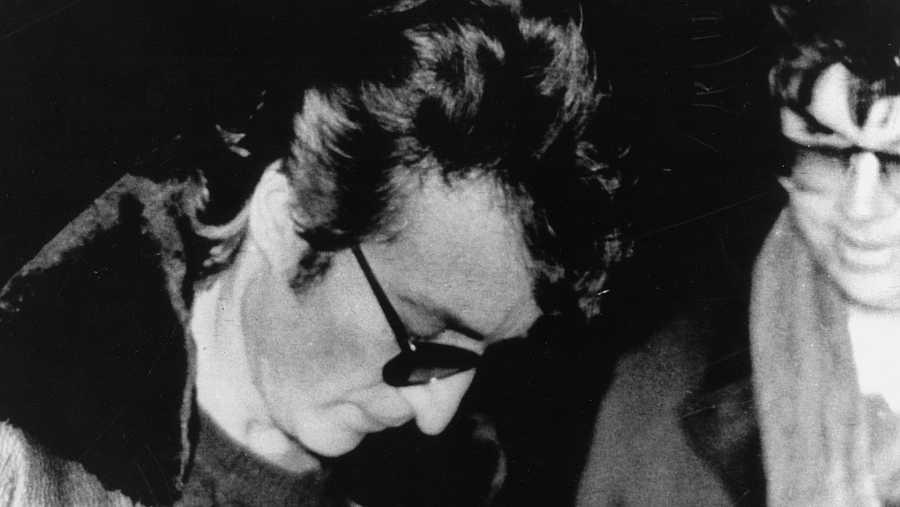 Lennon firma un autógrafo a su asesino, Mark David Chapman