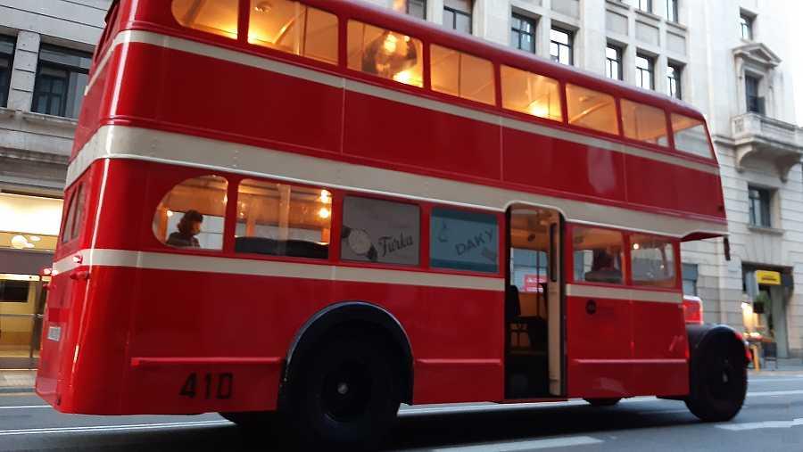 El autobus pertenece al primer lote de 50 unidades de la serie 400, que originariamente eran de color rojo y crema