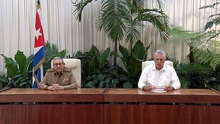 El presidente cubano Miguel Díaz-Canel (d) y el líder del Partido Comunista de Cuba, Raúl Castro (i)
