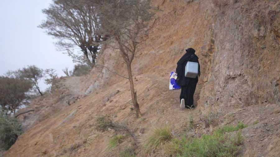 Los vacunadores en Yemen tienen que llegar a zonas de acceso muy difícil.