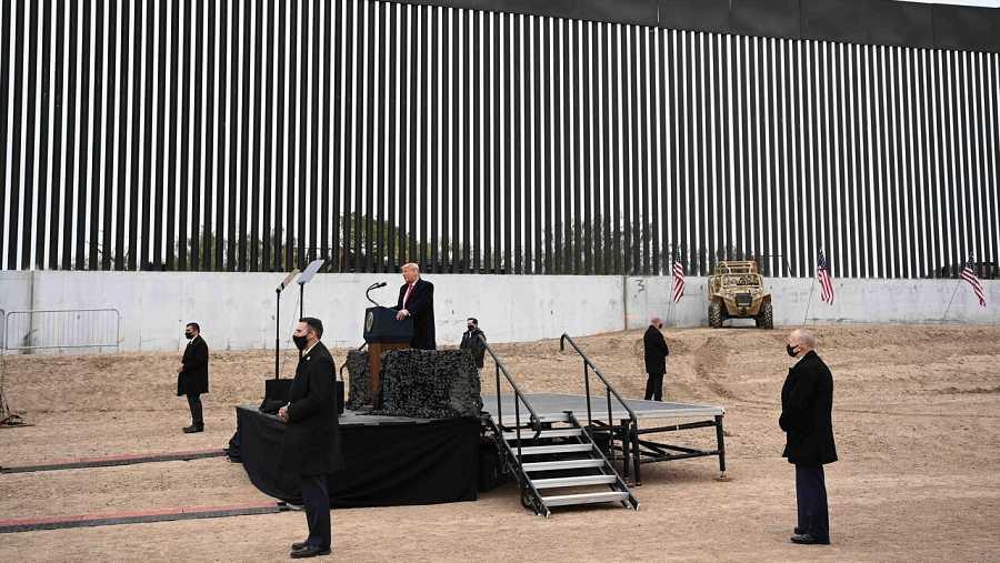 El presidente de EE.UU., Donald Trump, habla ante la valla de la frontera con México en El Álamo, Texas. Foto: Mandel NGan/Afp