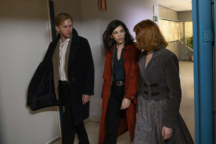 Toni, Irene y María, muy preocupados por el estado de su padre.